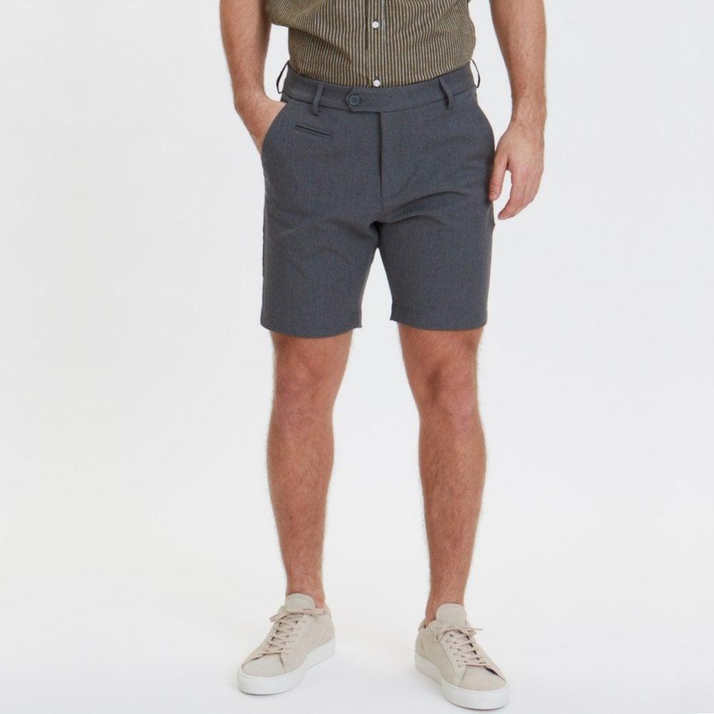 Model wearing les deux como shorts in grey melange
